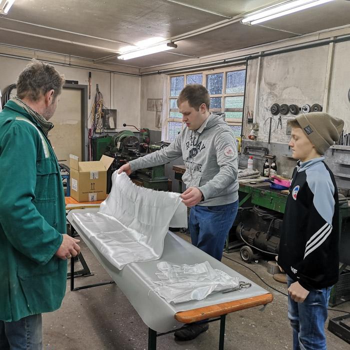 Gruppe Flugschüler bei Ausbildung in Werkstatt