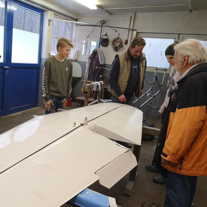Gruppe Flugschüler und Ausbilder in Werkstatt