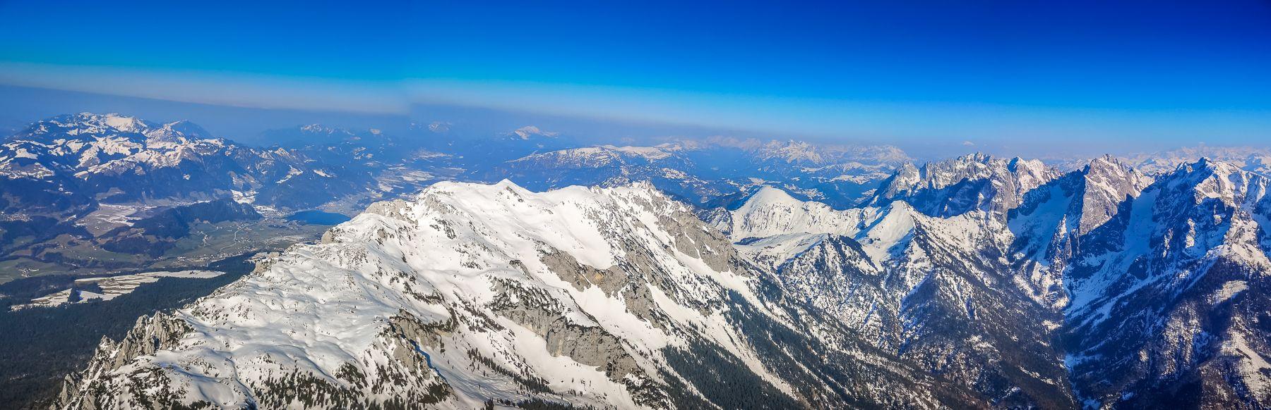 Das Kaiser Gebirge mit viel Schnee von eben aus Flugzeug