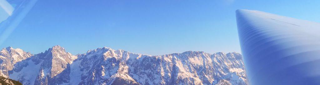Fläche von Segelflugzeug ueber dem Wilden Kaiser Gebirge