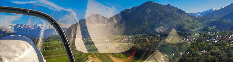 Pilot von hinten im Segelflugzeug