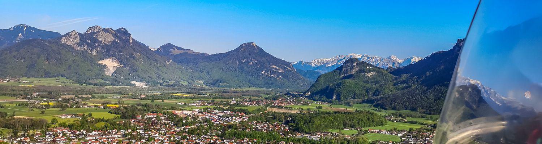 Blick aus dem Segelflugzeug auf Berge im Inntal