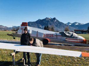 Zwei Mitglieder am Segelflugzeug